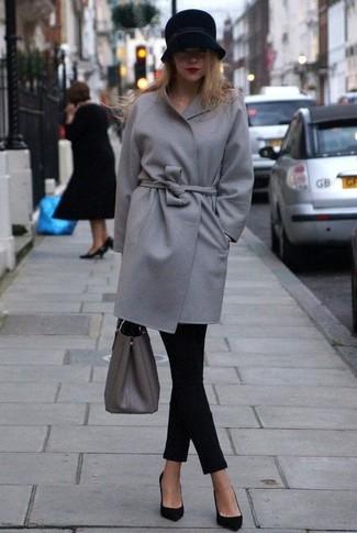 Comment porter: manteau gris, jean skinny noir, escarpins en daim noirs, sac fourre-tout en cuir gris