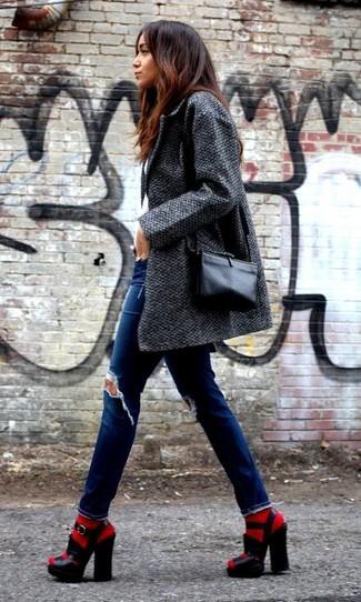 Comment porter des chaussettes rouges: Marie un manteau gris foncé avec des chaussettes rouges pour un look idéal le week-end. Une paire de sandales à talons en cuir épaisses noires est une option avisé pour complèter cette tenue.