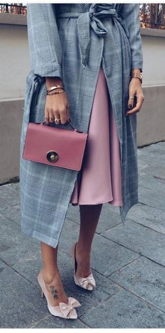 Comment porter: manteau écossais gris, jupe évasée rose, escarpins en velours beiges, pochette en cuir rose