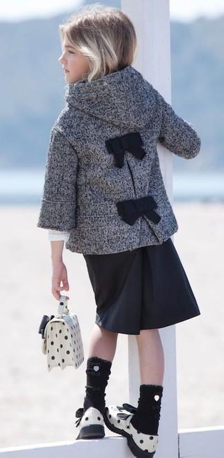 Comment porter: manteau gris, jupe noire, sandales en cuir blanches, sac blanc