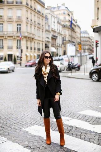 Pense à associer un manteau noir avec des leggings en cuir noirs pour une tenue confortable aussi composée avec goût. Choisis une paire de des bottes hauteur genou en cuir tabac Salvatore Ferragamo pour afficher ton expertise vestimentaire.