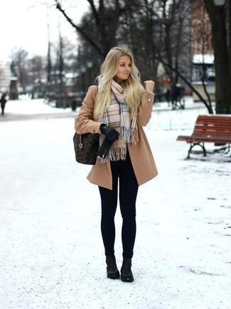 Comment porter: manteau marron clair, leggings noirs, bottines en cuir noires, sac fourre-tout en cuir marron foncé