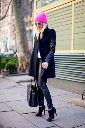 Pour créer une tenue idéale pour un déjeuner entre amis le week-end, pense à porter un manteau en cuir noir et des leggings en cuir noirs. Une paire de des bottines en daim noires ajoutera de l'élégance à un look simple.