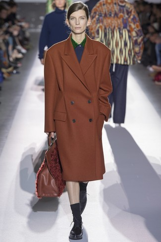 Comment porter: manteau marron, chaussures richelieu en cuir noires, sac fourre-tout en fourrure marron, chaussettes noires