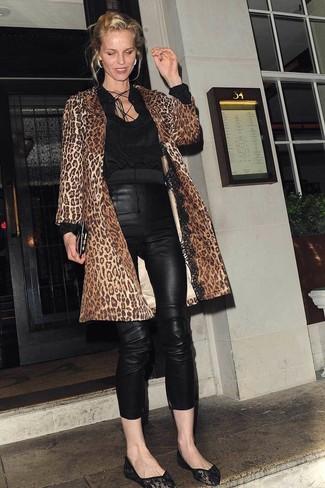 Comment porter: manteau imprimé léopard marron, chemisier à manches longues noir, pantalon slim en cuir noir, ballerines noires