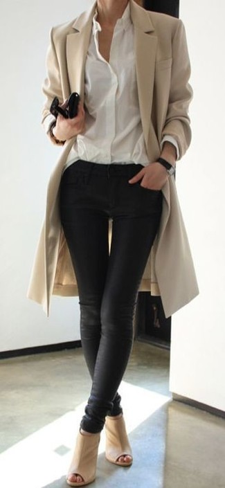 Ce combo d'un manteau brun clair et d'un jean skinny en cuir noir attirera l'attention pour toutes les bonnes raisons. Une paire de des chaussures apporte une touche de décontraction à l'ensemble.