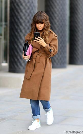 Comment porter: manteau marron clair, jean boyfriend bleu, baskets basses blanc et vert, pochette en cuir noire