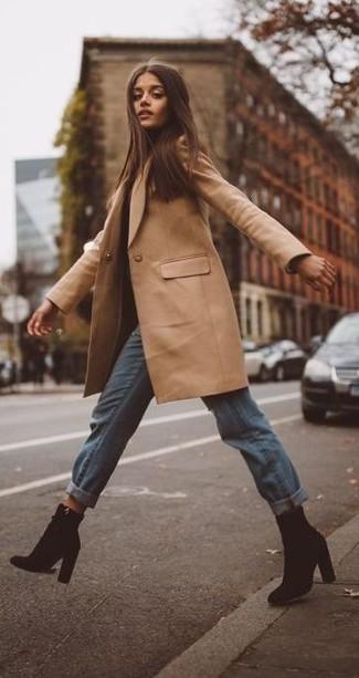 Comment porter: manteau marron clair, jean boyfriend bleu clair, bottines en daim noires