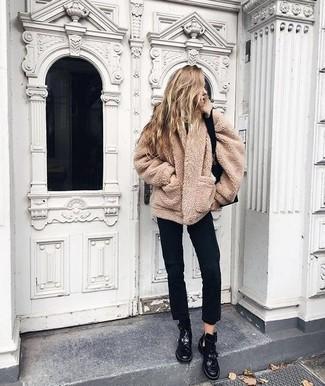 Comment porter: manteau en polaire marron clair, jean noir, bottines plates à lacets en cuir noires, sac fourre-tout en cuir noir