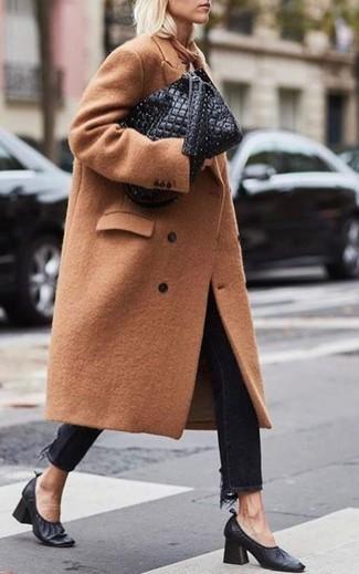 Comment porter: manteau marron clair, jean noir, escarpins en cuir noirs, sac fourre-tout en cuir matelassé noir
