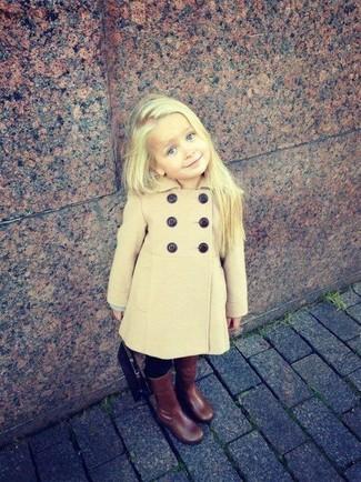 Comment porter: manteau marron clair, leggings noirs, bottes marron foncé