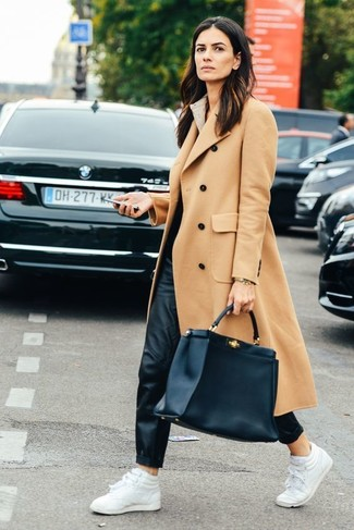 Comment porter: manteau marron clair, pantalon de jogging en cuir noir, baskets montantes en cuir blanches, sac fourre-tout en cuir noir