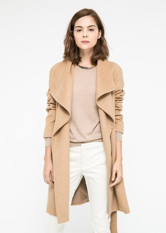 Comment porter: manteau marron clair, pull à col rond marron clair, pantalon slim blanc, collier doré