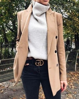 Comment porter: manteau marron clair, pull à col roulé en tricot gris, jean skinny noir, ceinture en daim noire
