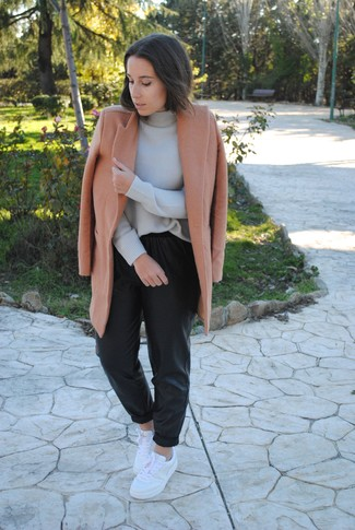 Comment porter: manteau marron clair, pull à col roulé en laine gris, pantalon style pyjama en cuir noir, baskets basses en cuir blanches