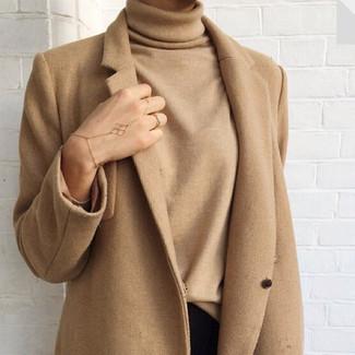 Comment porter: manteau marron clair, pull à col roulé marron clair, jean skinny noir