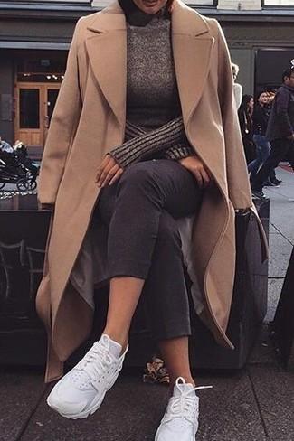 Comment porter: manteau marron clair, pull à col roulé marron foncé, jean skinny noir, chaussures de sport blanches