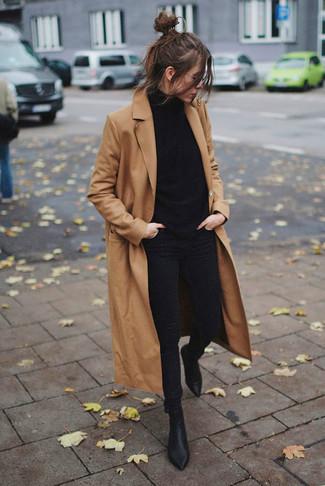 Comment porter: manteau marron clair, pull à col roulé noir, jean skinny noir, bottines en cuir noires