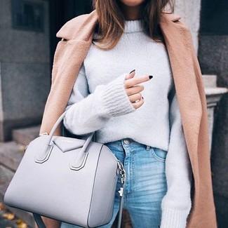 Comment porter: manteau marron clair, pull surdimensionné gris, jean bleu clair, sac fourre-tout en cuir gris