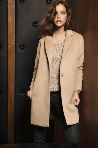 Comment porter: manteau marron clair, pull surdimensionné marron clair, jean skinny noir