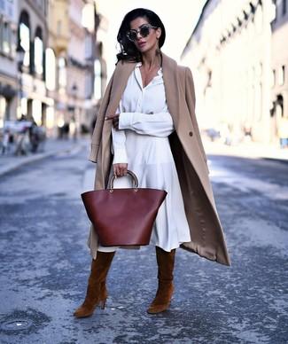 Comment porter des bottes hauteur genou en daim marron: Pense à opter pour un manteau marron clair et une robe chemise blanche et tu auras l'air d'une vraie poupée. Complète ce look avec une paire de bottes hauteur genou en daim marron.