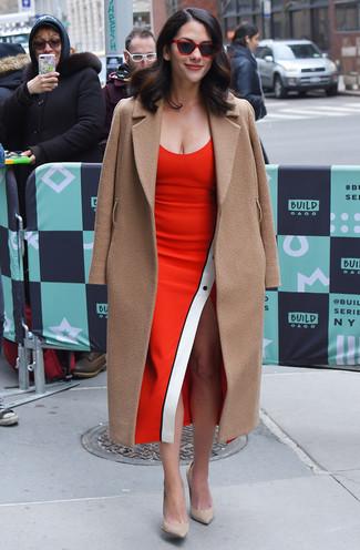 Comment porter: manteau marron clair, robe fourreau rouge, escarpins en daim beiges, lunettes de soleil rouges
