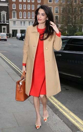 Comment porter: manteau marron clair, robe fourreau rouge, escarpins en cuir à fleurs multicolores, sac fourre-tout en cuir tabac