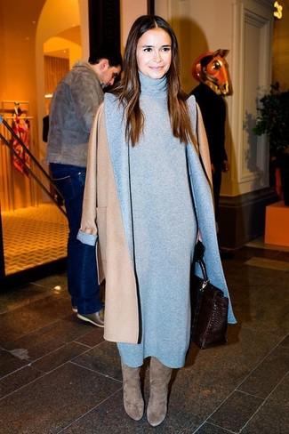 Tenue de Miroslava Duma: Manteau marron clair, Robe-pull grise, Bottes hauteur genou en daim grises, Cartable en cuir marron foncé