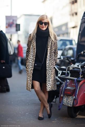 Opte pour une robe-pull noire avec un manteau imprimé léopard brun clair pour une tenue confortable aussi composée avec goût. Pour les chaussures, fais un choix décontracté avec une paire de des ballerines en cuir noires.