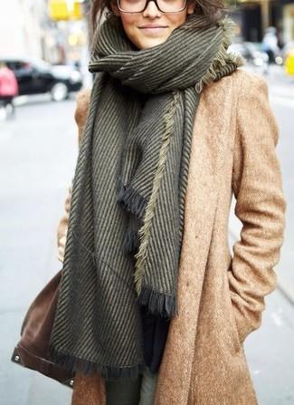 Comment porter: manteau marron clair, sac bandoulière en daim marron, écharpe vert foncé