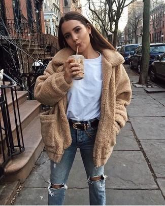Comment porter un jean déchiré bleu clair: Harmonise un manteau en polaire marron clair avec un jean déchiré bleu clair pour un déjeuner le dimanche entre amies.