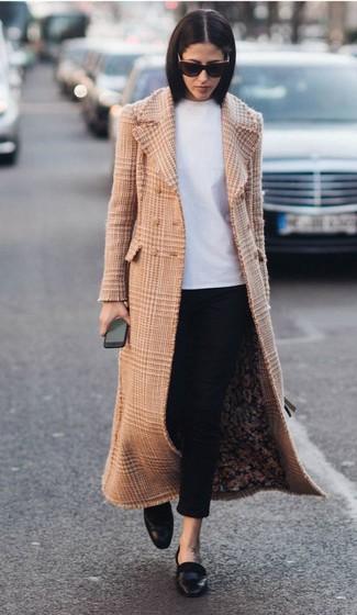 Comment porter: manteau écossais marron clair, t-shirt à col rond blanc, pantalon slim noir, slippers en cuir noirs