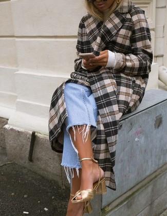 Comment porter un manteau écossais marron: Essaie de marier un manteau écossais marron avec un jean boyfriend bleu clair pour obtenir un look relax mais stylé. Une paire de des sandales à talons en cuir dorées s'intégrera de manière fluide à une grande variété de tenues.