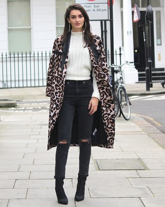Comment porter: manteau imprimé léopard marron, pull à col roulé en laine blanc, jean déchiré noir, bottines en daim noires