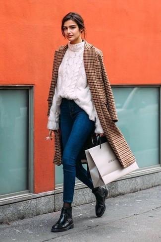 Comment porter: manteau à carreaux marron, pull torsadé blanc, jean skinny bleu, bottines chelsea en cuir ornées noires