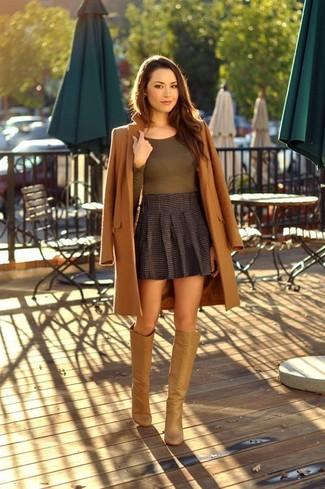 Comment porter: manteau marron, t-shirt à manche longue olive, minijupe plissée gris foncé, bottes hauteur genou en cuir marron clair