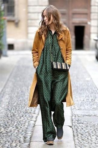 Comment porter: manteau moutarde, combinaison pantalon á pois vert foncé, bottines en daim épaisses vert foncé, sac bandoulière en cuir noir et blanc