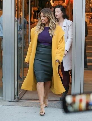Tenue de Kim Kardashian: Manteau moutarde, T-shirt à manche longue violet, Jupe crayon noire, Sandales à talons en cuir marron clair