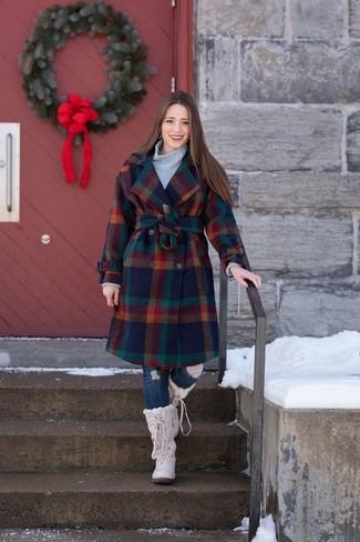 Comment porter: manteau à carreaux multicolore, pull à col roulé en tricot gris, jean skinny déchiré bleu marine, bottes d'hiver beiges