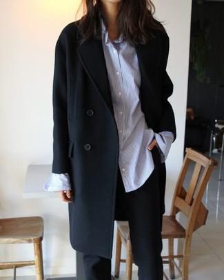 Comment porter: manteau noir, chemise de ville à rayures verticales bleu clair, pantalon de costume noir