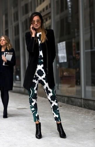 Comment porter  manteau noir, combinaison pantalon imprimée blanche et noire,  bottines en cuir f3b2676dbeb