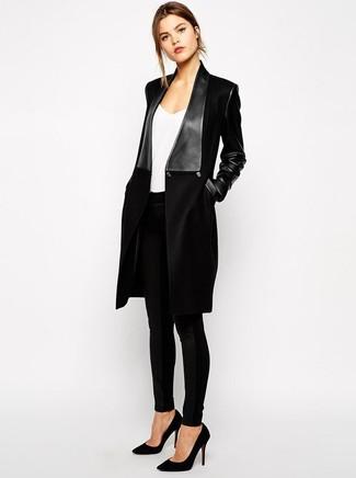 Pense à porter un manteau noir et un pantalon slim imprimé serpent noir pour obtenir un look relax mais stylé. Cette tenue se complète parfaitement avec une paire de des escarpins en daim noirs.