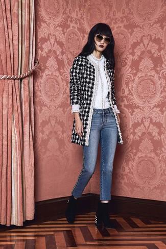 Comment porter: manteau en tweed à carreaux noir et blanc, pull à col rond blanc, jean bleu, bottines en velours ornées noires
