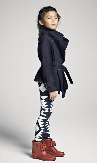 Comment porter: manteau noir, leggings imprimés noirs et blancs, bottes de pluie marron