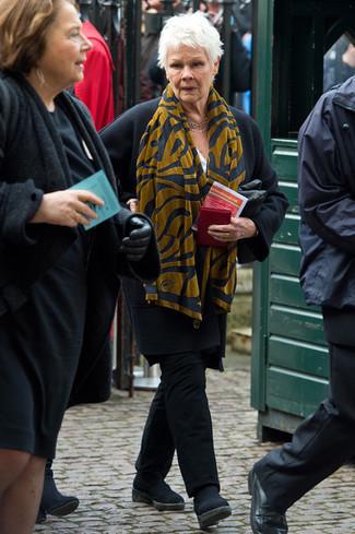 Comment porter: manteau noir, pantalon chino noir, bottines chelsea en daim noires, écharpe imprimée moutarde