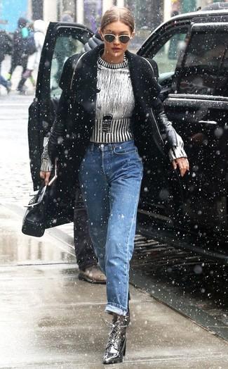 Comment porter: manteau noir, pull à col rond argenté, jean boyfriend bleu, bottines à lacets en cuir argentées