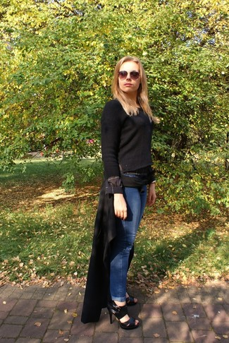 Comment porter: manteau noir, pull à col rond noir, jean boyfriend bleu, sandales à talons en cuir noires