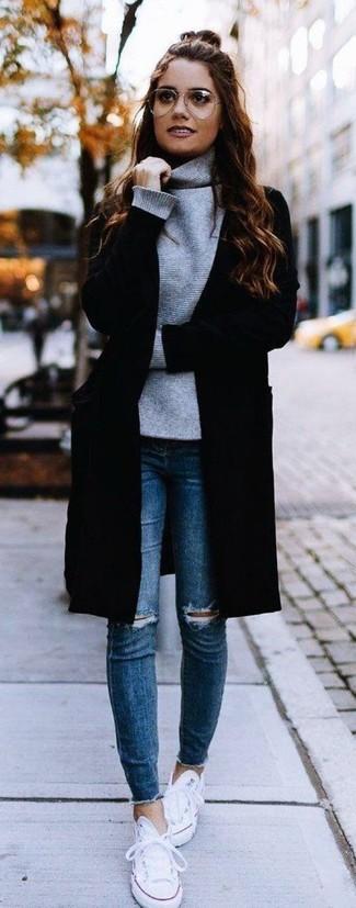 Les journées chargées nécessitent une tenue simple mais stylée, comme un manteau noir et un jean skinny déchiré bleu. Tu veux y aller doucement avec les chaussures? Opte pour une paire de des baskets basses en toile blanches pour la journée.