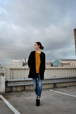 Comment porter: manteau noir, pull torsadé moutarde, jean boyfriend bleu, bottines à lacets en daim noires