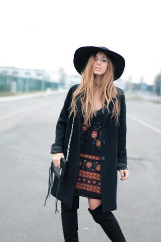 Comment porter: manteau noir, robe droite brodée noire, cuissardes en daim noires, chapeau en laine noir